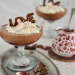 Deser na walentynki z czekoladą i malinami