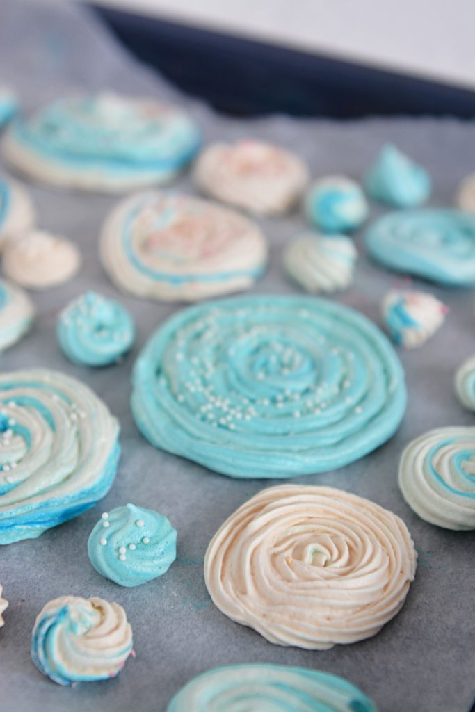niebieska dekoracja na tort
