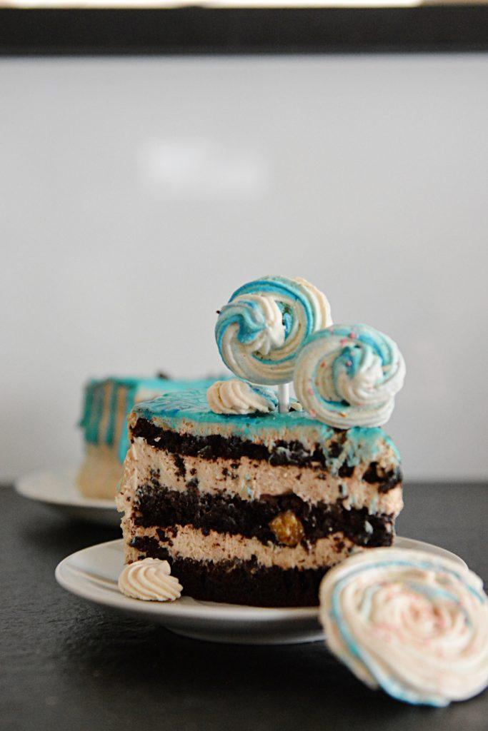 czekoladowo bananowy tort dekoracja