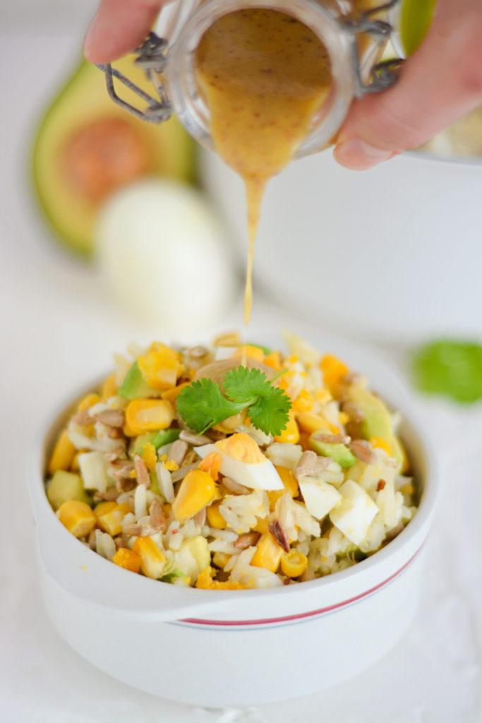 Wielkanocna sałatka z jajkami, awokado i słonecznikiem