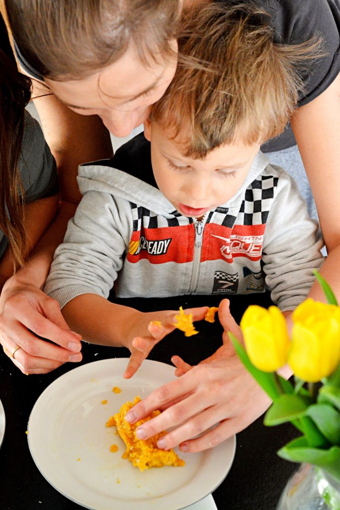 Gotowanie z dziećmi dziecko w kuchni pierwsze kroki