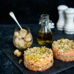 Tatar z łososia z grzybami i ogórkiem