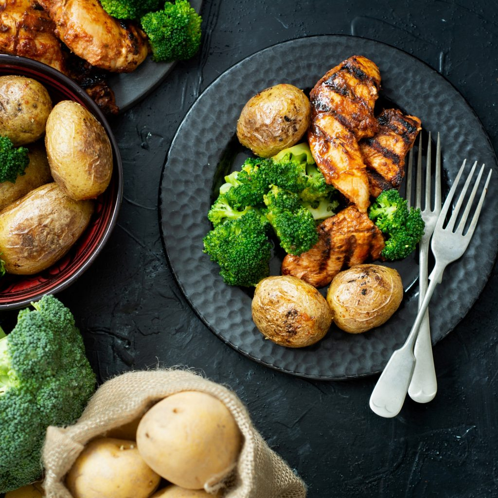 Kurczak i ziemniaki z grilla w domowych warunkach
