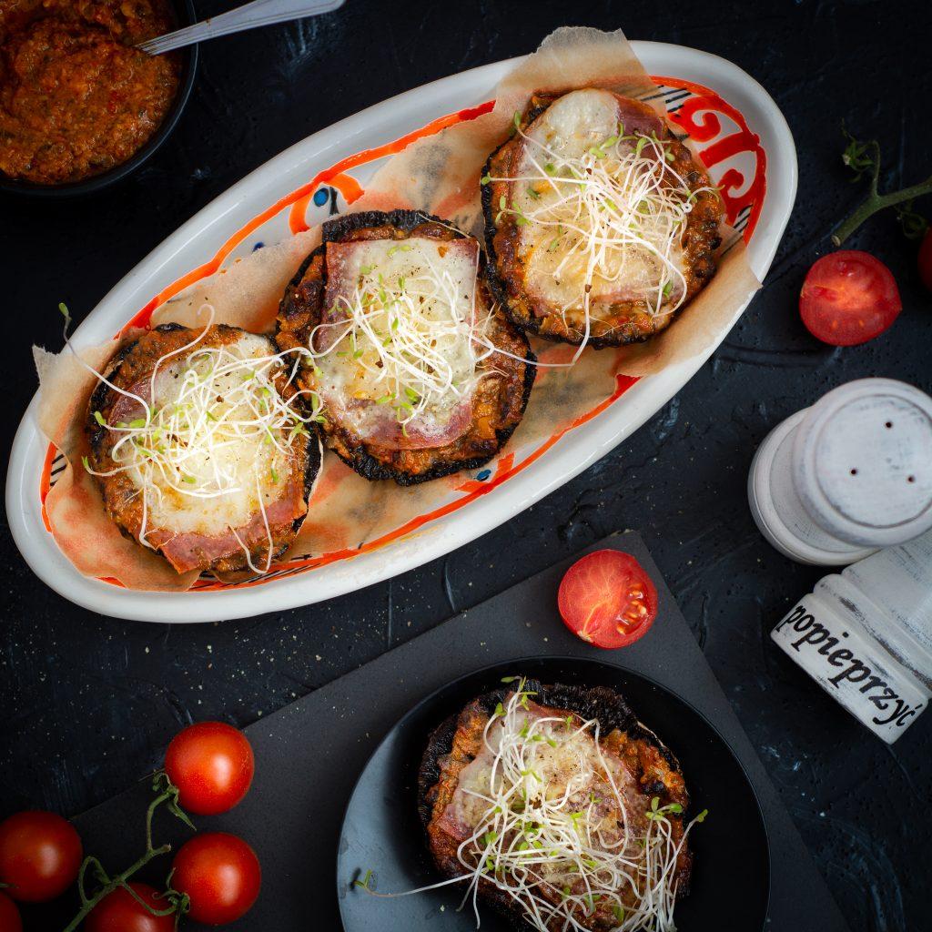 Pieczarki portobello zapiekane z pesto z suszonych pomidorów