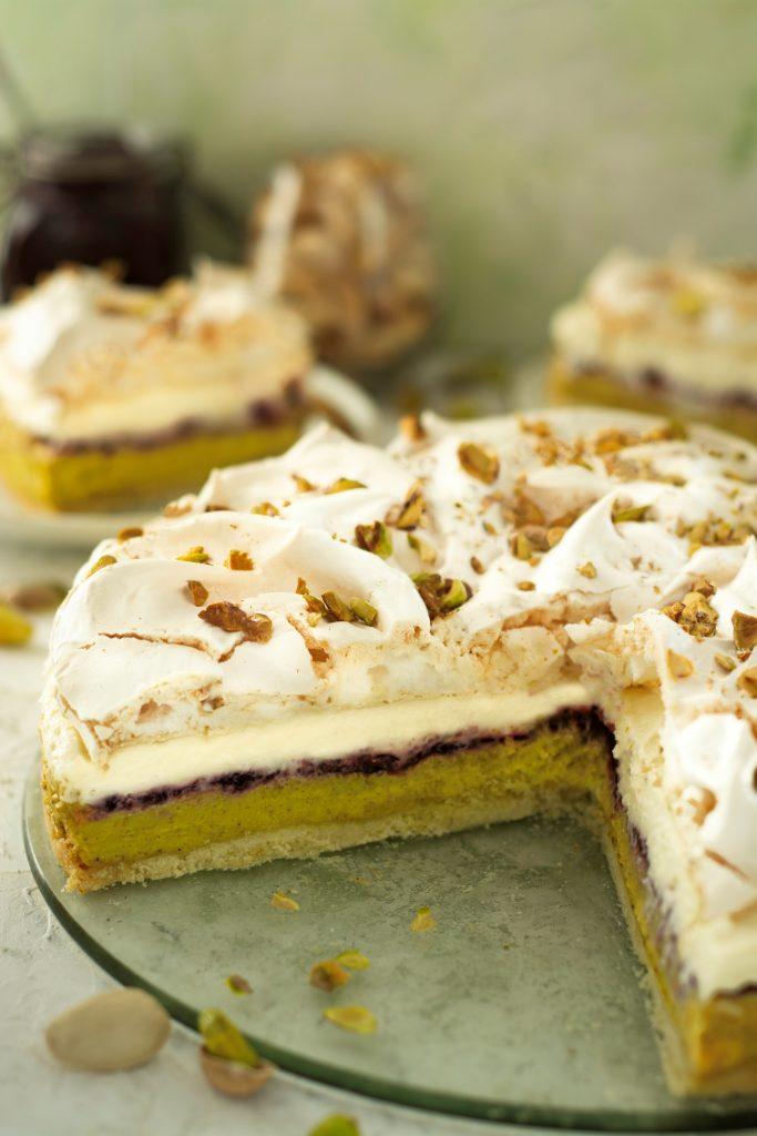 Ciasto kruche z kremem pistacjowym i bezą