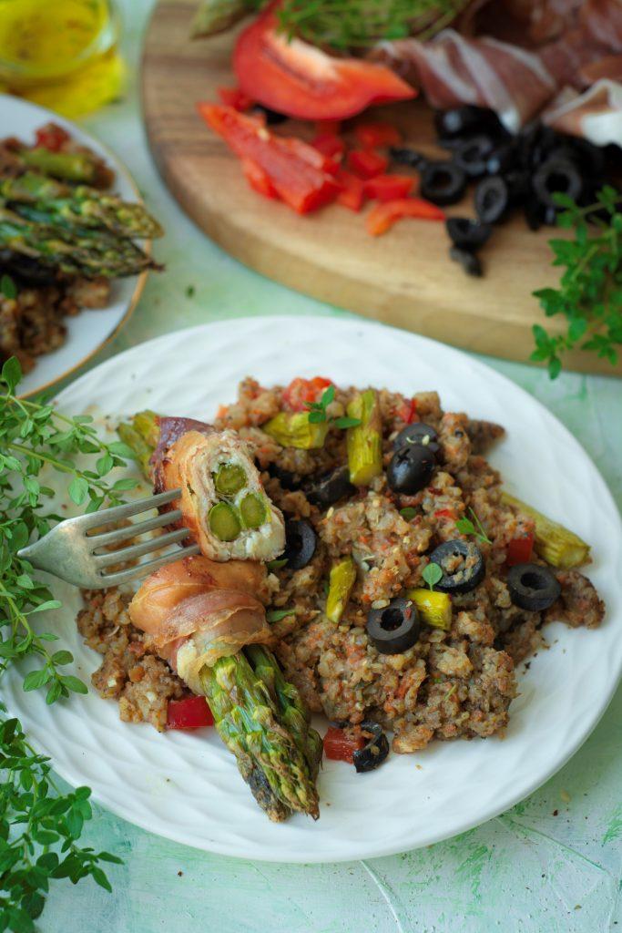 Szparagi zapiekane z serem kozim i szynką prosciutto