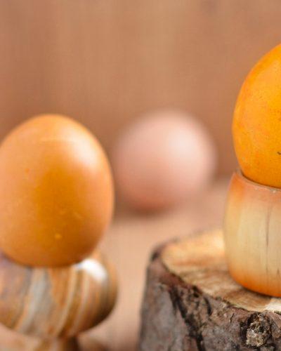 Barwienie jajek na pomarańczowo w marchwi i w curry
