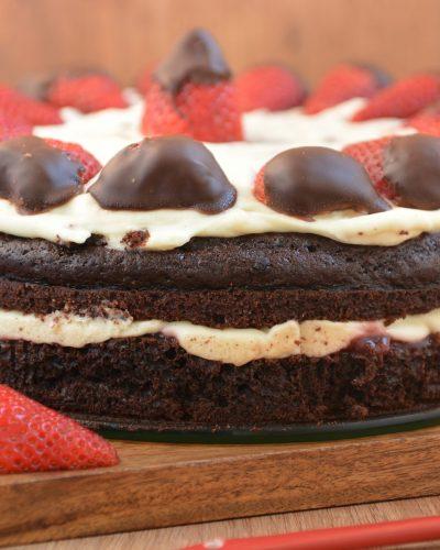 Tort czekoladowy z mascarpone i truskawkami