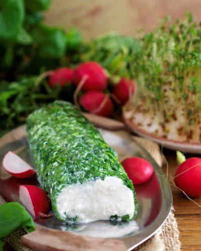 Rolada z sera koziego w ziołowej panierce