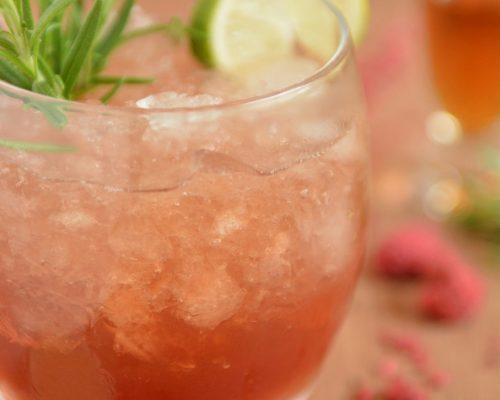 Malinowy drink z koniakiem i rozmarynem