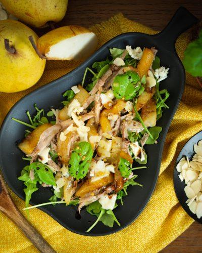 Pyszna sałatka z gęsią i gruszką karmelizowaną