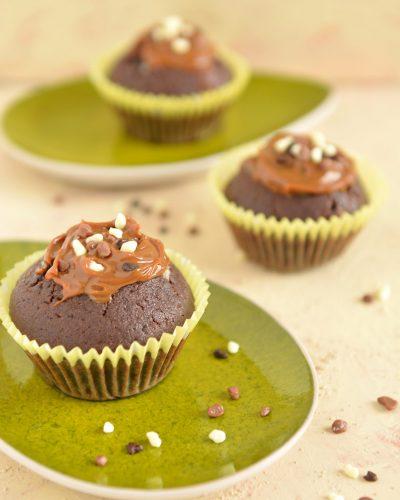 Muffiny czekoladowe z kawałkami czekolady i kajmakiem