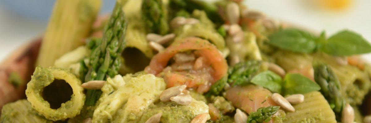 makaron z pesto szparagowo bazyliowym i łososiem wędzonym