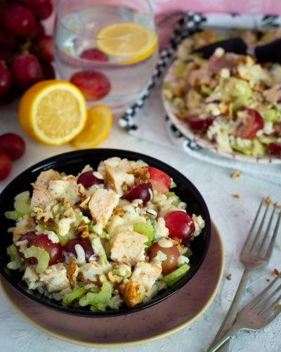 Sałatka z selerem naciowym, kurczakiem i winogronami