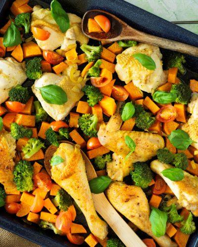 Kurczak pieczony z batatami, brokułami i pomidorkami