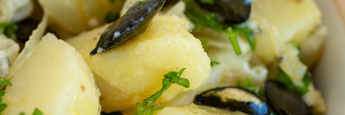 Góralska sałatka z ziemniakami w mundurkach i serem pleśniowym