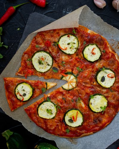 pizza na tortilli z cukinią