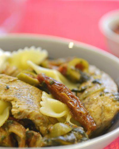 Makaron z indykiem w zielonym sosie